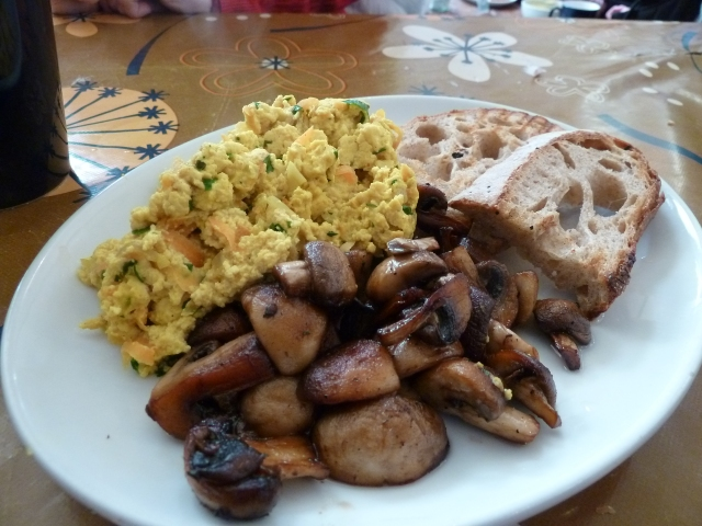 Scramble tofu and garlic mushrooms with sourdough toast