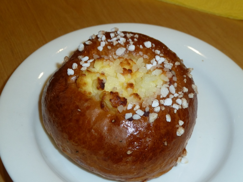 A type of pulla topped with nib sugar